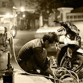 repair a tyre by Dodi Yoga - People Street & Candids ( deemozart )