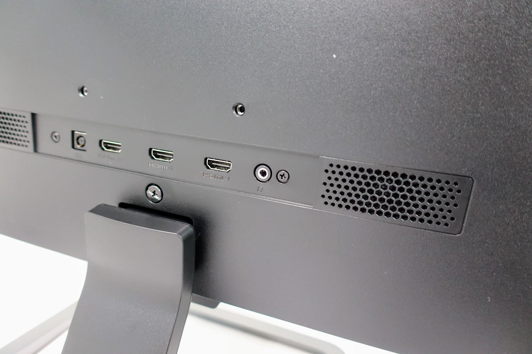 喇叭在螢幕後方,另外還提供三組HDMI和3.5mm耳機插孔