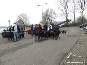 Photo: Begroeting van baasjes en honden