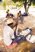 Photo: A farinha ainda é o produto mais comercializado pelos kalungueiros, mas apenas o excedente de produção.