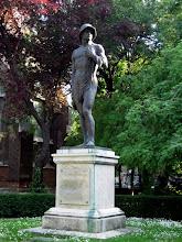 """Photo: Az 1927-ben állított első világháborús emlékmű, alkotója Bory Jenő, aki székesfehérvári """"vártulajdonosként"""" is ismert"""