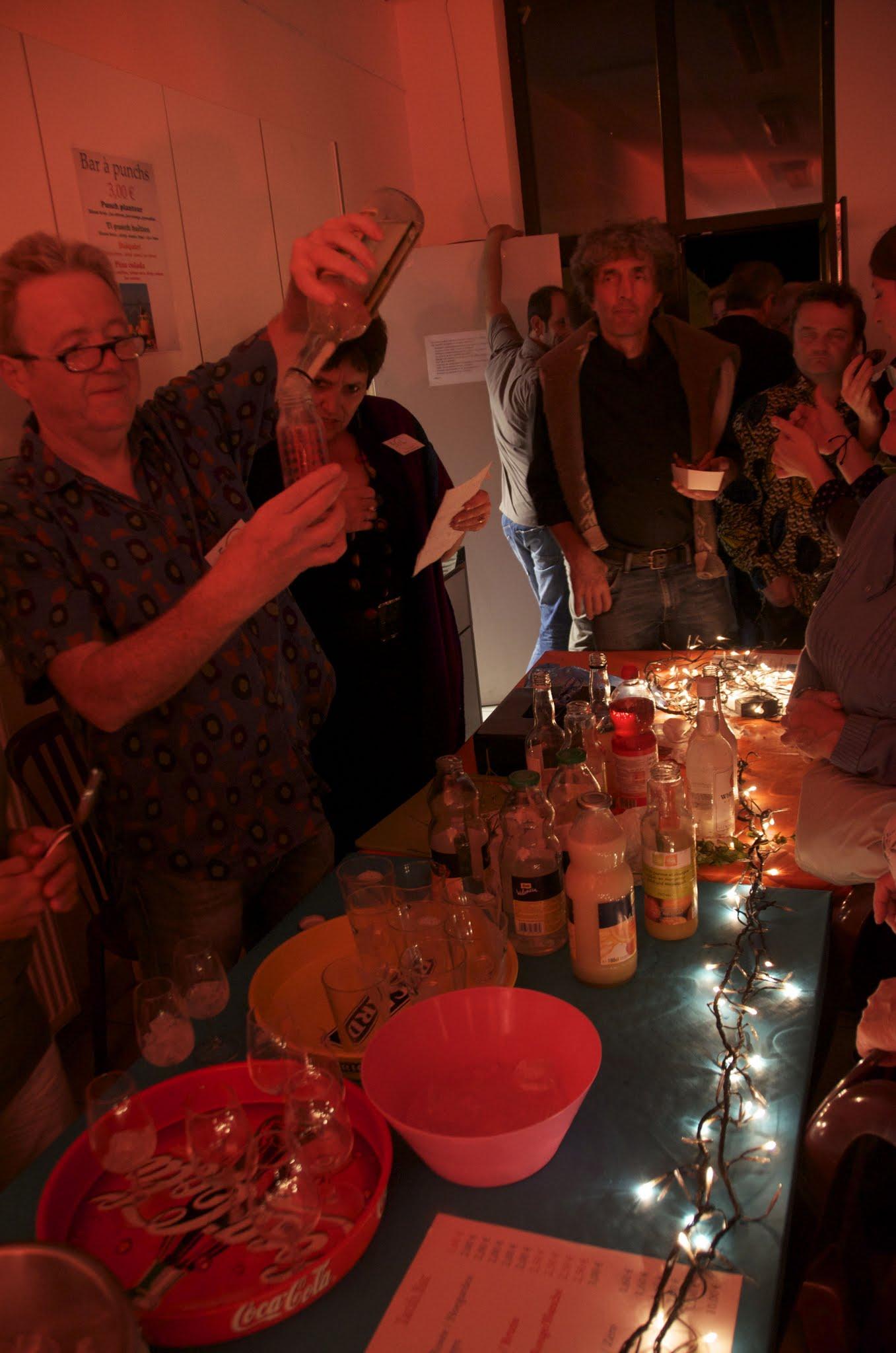 Photo: Un bar à punchs et samoussas qui a beaucoup de succès...