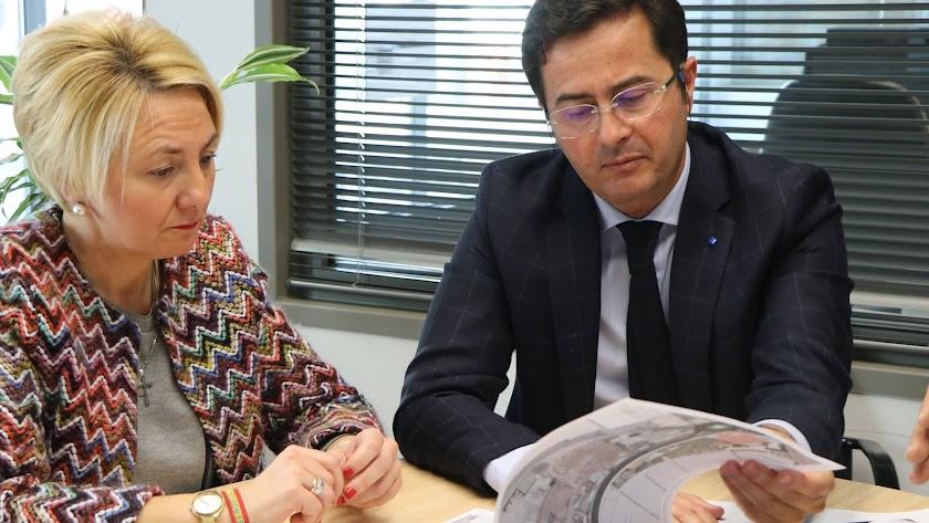 Imagen de archivo del encuentro previo entre el alcalde ejidense, Francisco Góngora, y la delegada territorial, Eloísa Cabrera.