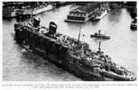 fotografie USS West Point (nee, luxusní liner SS America) přijíždějící do přístavu v New Yorku v roce 1945, naloženého vojáky, kteří se vraceli z evropského diva