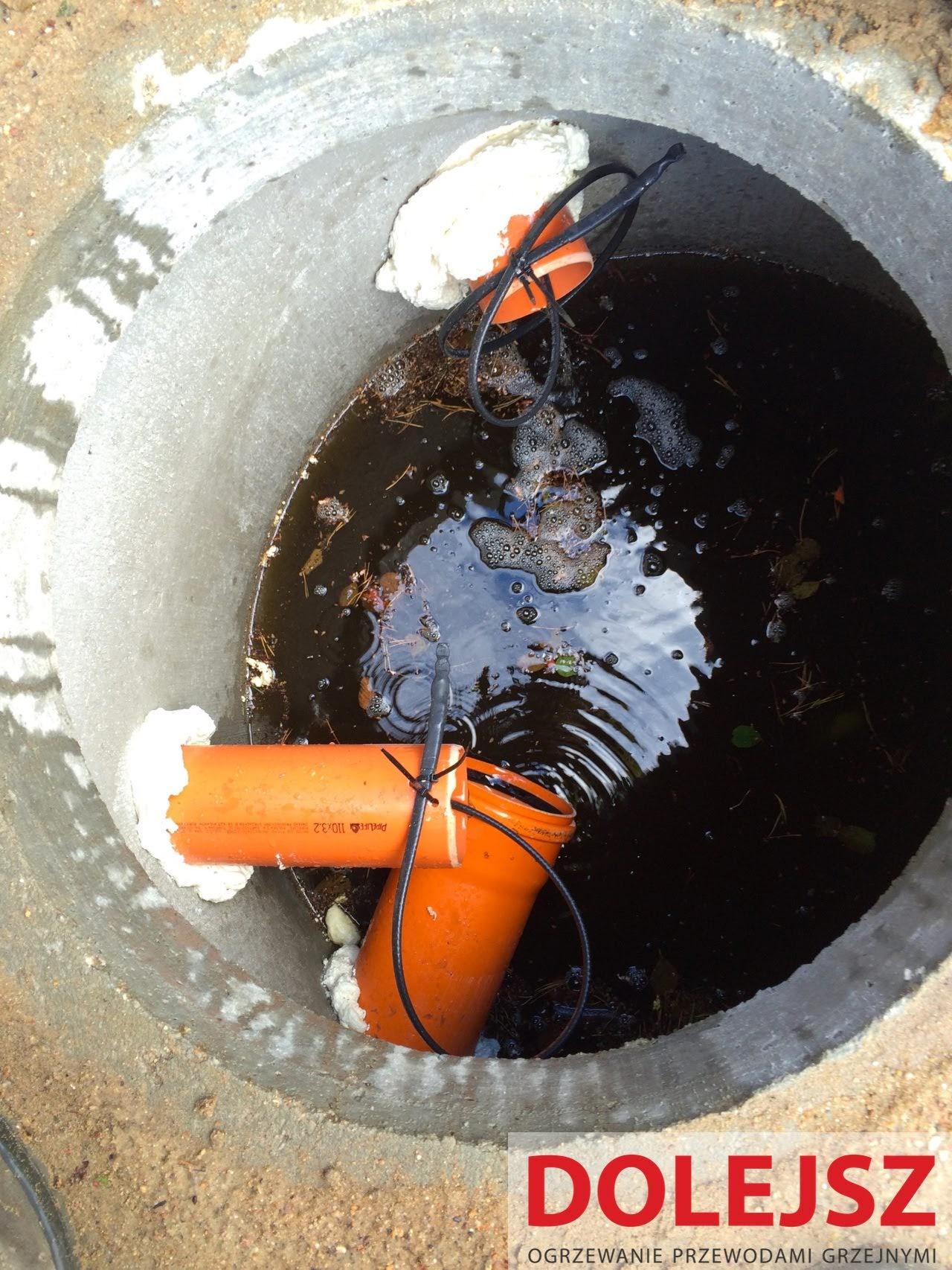 Zamarznięta rura kanalizacyjna od szamba