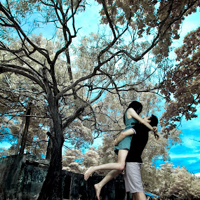Lift you up and high by Gede Vidi - People Couples ( infrared, harlim, infra red, gede vidi, jongkokdipojok )