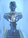พระบรมรูปพระเจ้าตากสินขนาดบูชา (ครึ่งพระองค์ศิลปะยุโรป) รุ่นแรก มีโค้ดและหมายเลขกำกับ สร้างจำนวน 999