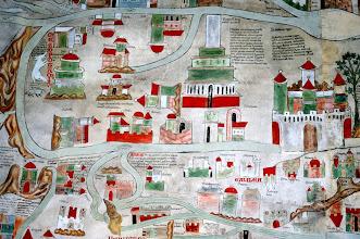 """Photo: MESOPOTAMIEN und Turmbau zu Babel, darunter 'NARZARETH c.' in GALILEA superior: """"Isidor sagt in seinen 'Etymologien' im Abschnitt über die Flüsse . . . , daß Tigris und Euphrat aus einer gemeinsamen Quelle in Armenien entspringen. Sie werden, indem sie lange in verschiedene Richtung fließen, durch einen viele Meilen umfassenden Zwischenraum getrennt. Das Land, das von ihnen umschlossen ist, heißt Mesopotamien (Zwischenstromland). Hieronymos erkennt in dem gemeinsamen Ursprung ein Merkmal, das man sonst den Paradiesflüssen zuschreibt. Boethius: Tigris und Euphrat entspringen aus einer Quelle, und bald gehen ihre Wasserläufe in verschiedene Richtungen."""" Rechts davon die """"große Stadt BABYLON, deren Mauer 50 Ellen breit und 200 Ellen hoch ist; ihr Umfang beträgt 480 Stadien, durch 100 eherne Tore wird sie gesichert; der Euphrat fließt mitten hindurch. Der Riese Nimrod gründete sie, doch Semiramis, die Königin der Assyrer, erweiterte sie und ließ eine Mauer aus Bruchstein und gebrannten Ziegeln errichten."""""""