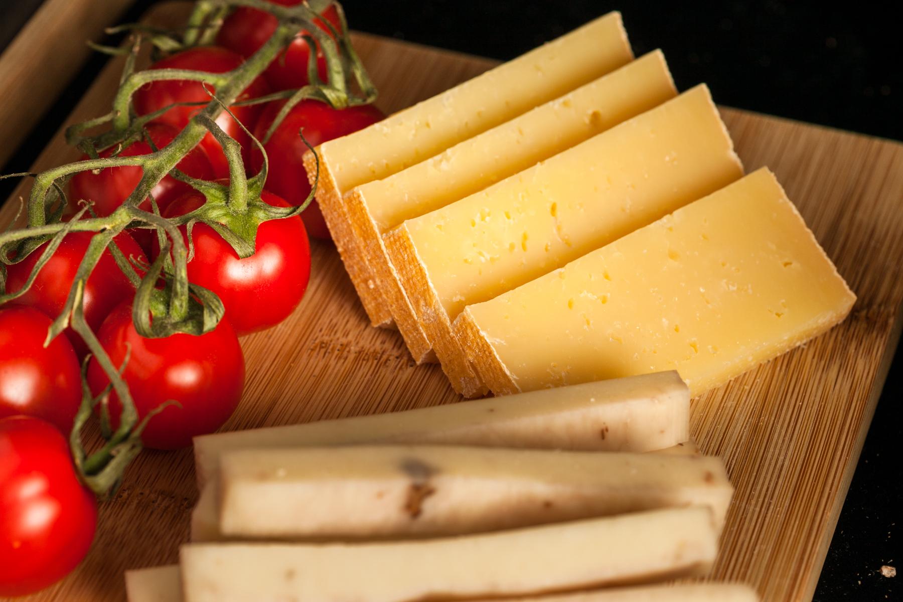 Indiferent daca au sau nu in componenta si condimentea, maturarea branzei Torockoi urmeaza acelasi proces complex.