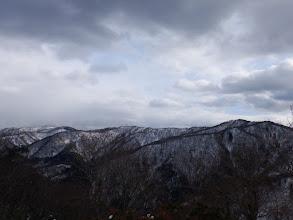 桜谷山(右)から駒ヶ岳(左)の県境稜線