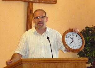 Photo: Tamás az óra és a ceruzaelem szimbolikájába vezeti be a hallgatóságot.