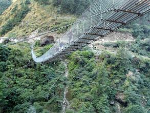Photo: eine der vielen Hängebrücken wird überquert.