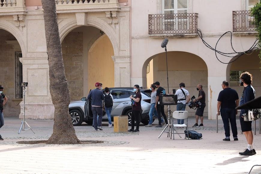 Los actores junto al director y técnicos durante el rodaje de la secuencia.