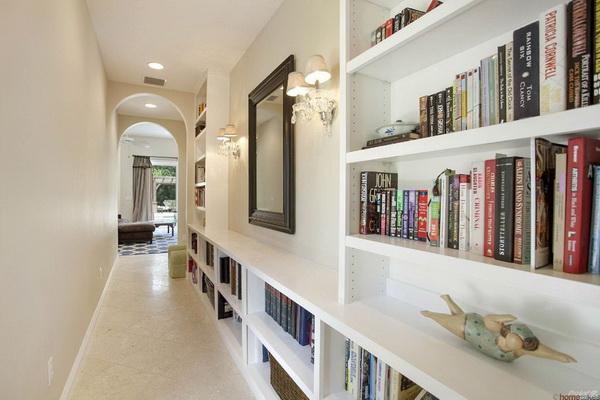 Sử dụng tủ âm tường làm giá sách trang trí hành lang