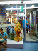 Photo: Mini golden Ganesha found yesterday in front of a beauty parlour on Soi 11, Bangkok. So kind of those pretty girls offering him cold drink with a straw, he also looks happy! 13th November updated (日本語はこちら) - http://jp.asksiddhi.in/daily_detail.php?id=361