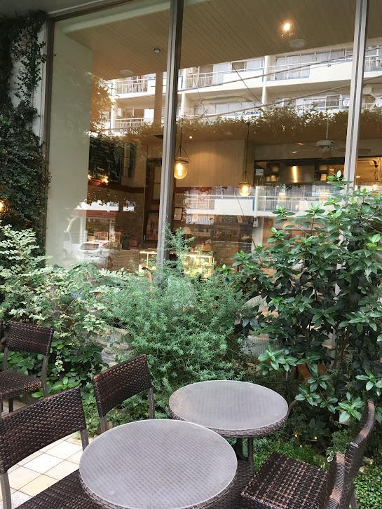 緑に囲まれたオープンカフェ