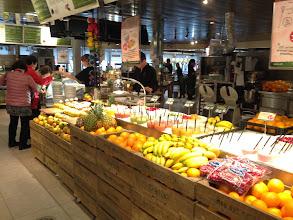 Photo: 途中のサービスエリア。果物いっぱい。