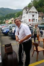 Photo: Unser Aushilfsbassist Fritz Müller beim Einrichten