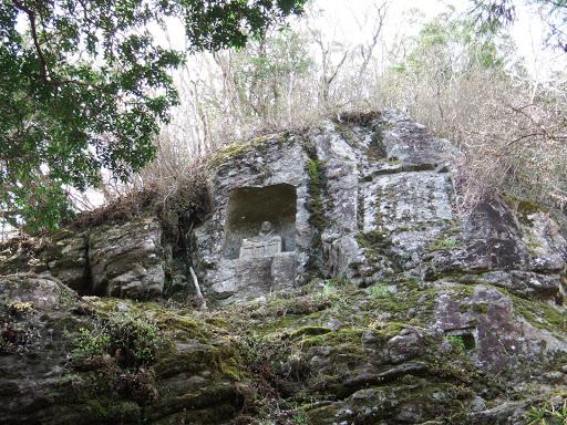 岩壁に石仏
