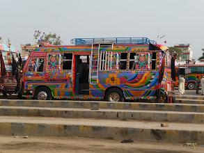 Photo: A konečně barevné pakistánské autobusy