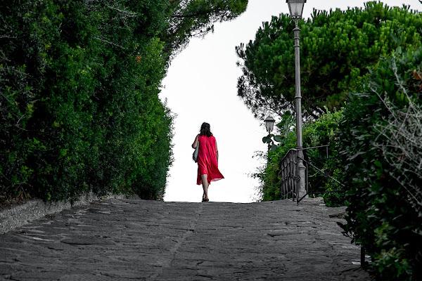 figura in rosso di terracotta