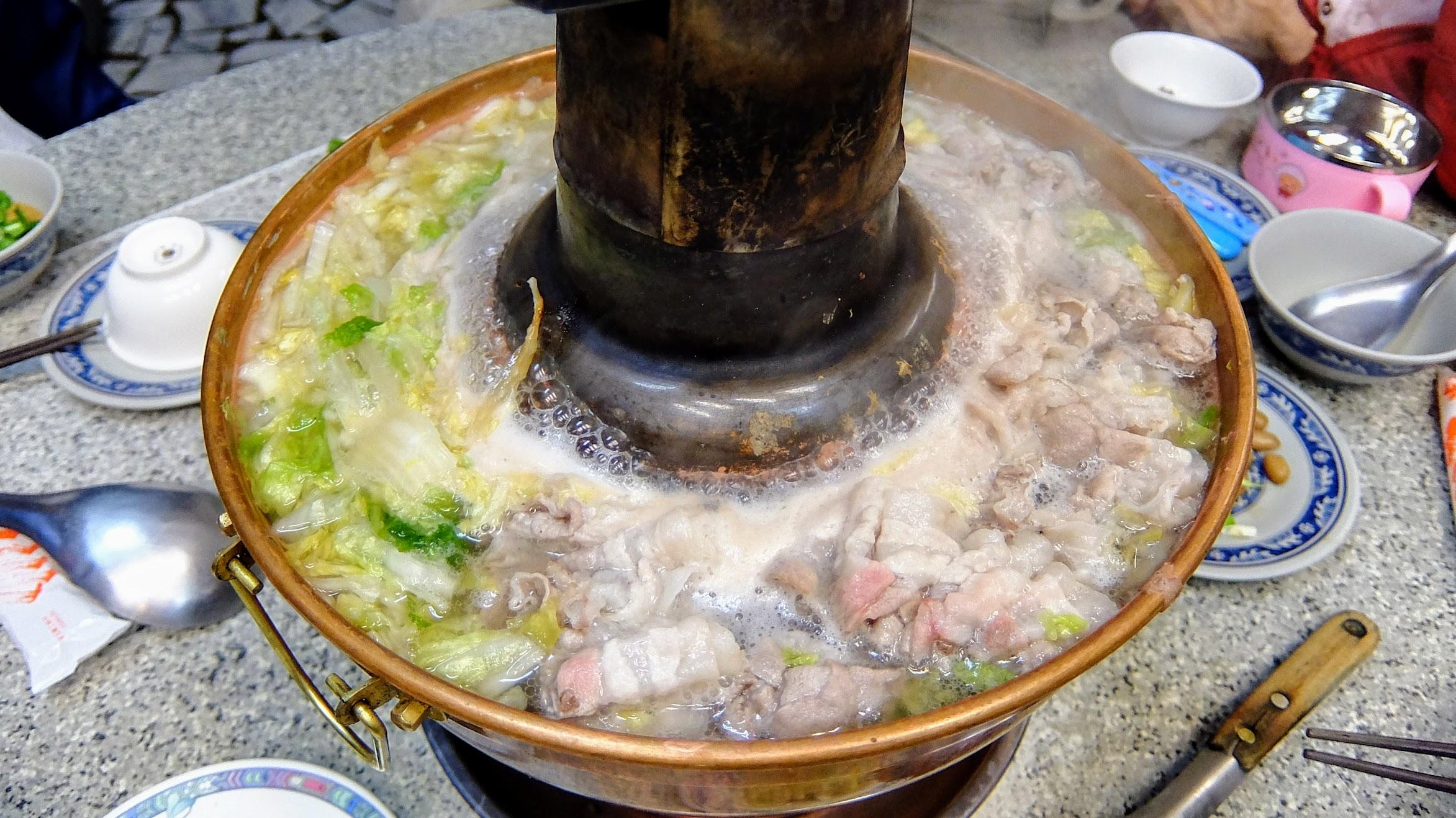 剛開始下鍋會覺得這鍋好多,酸白菜多,肉片多,幾輪下來就沒了XDD 酸白菜與湯頭預設不夠酸,可以跟老闆要求加厚..