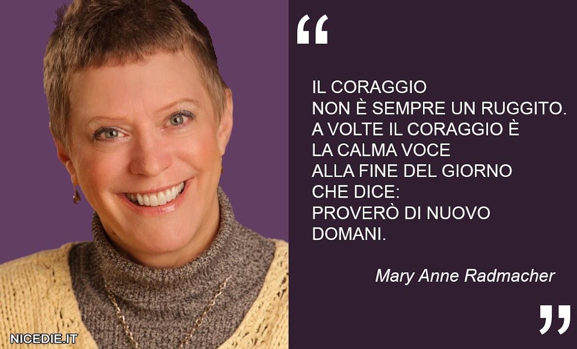 """la foto dell'autrice e una sua frase: Il coraggio non è sempre un ruggito. A volte il coraggio è la calma voce alla fine del giorno che dice: """"proverò di nuovo domani"""". (Mary Anne Radmacher)"""