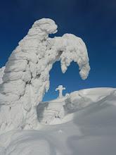 Photo: 09 Rachelgipfel: Schneegeist verneigt sich vor dem Kreuz