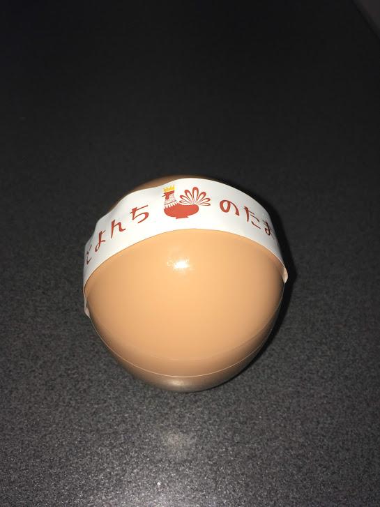 見た目楽しく卵型の容器にプリンが入っています