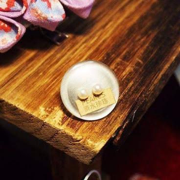 情人節精緻之選: [市集限定]小小淡水珍珠純銀耳環  先感謝星期天來跟我們見面的大家,特別是背後支援的老闆和朋友們,沒想到在嚴寒天氣還有人來幫襯我們這些微型小店,隔離檔既妹妹(因為佢成日叫我珍珠姐姐)得到朋友送的小小珍珠耳環,大小3~4mm左右,呢個款較簡約,細到可以單邊帶2隻,價錢相宜之餘又帶一點點貴氣,筆直較緊絀的男生們可以考慮一下哦。星期日31/1係文化中心繼續擺檔。  #尖沙咀 #擺檔 #天然 #淡水珍珠 #minimal #情人節 #禮物 #給女朋友或老婆仔的 #愛 #純銀 #pearls #silver #handpicked #marketplace #pinkoi #zalorahk  #市集 #期間限定ショップ #soldtora #送乜好 #男朋友 #女朋友 #2月14日#文化中心 #limited #budget