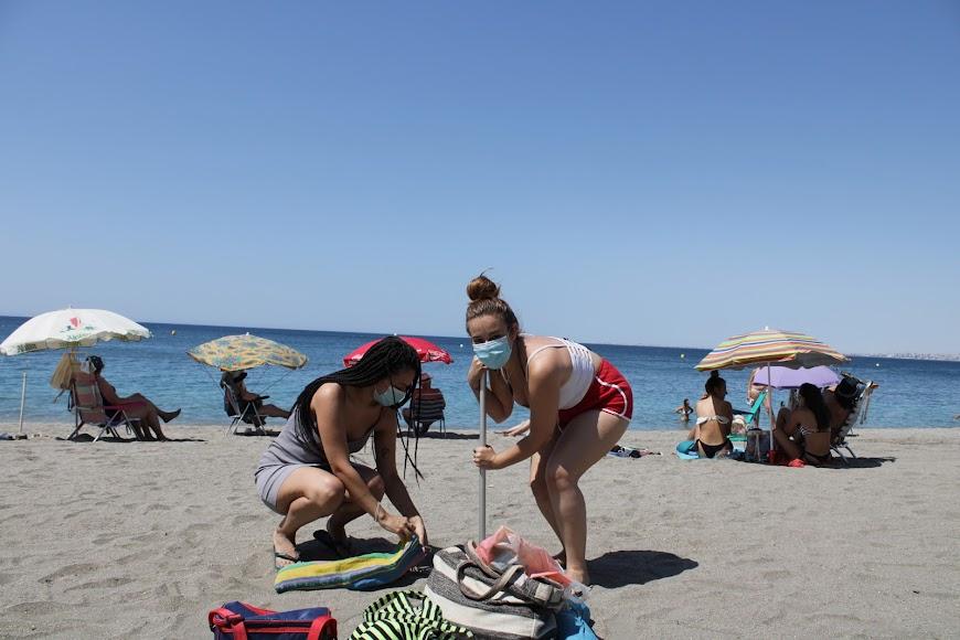 Las madrileñas Yari e Isa con mascarilla a su llegada a la playa.