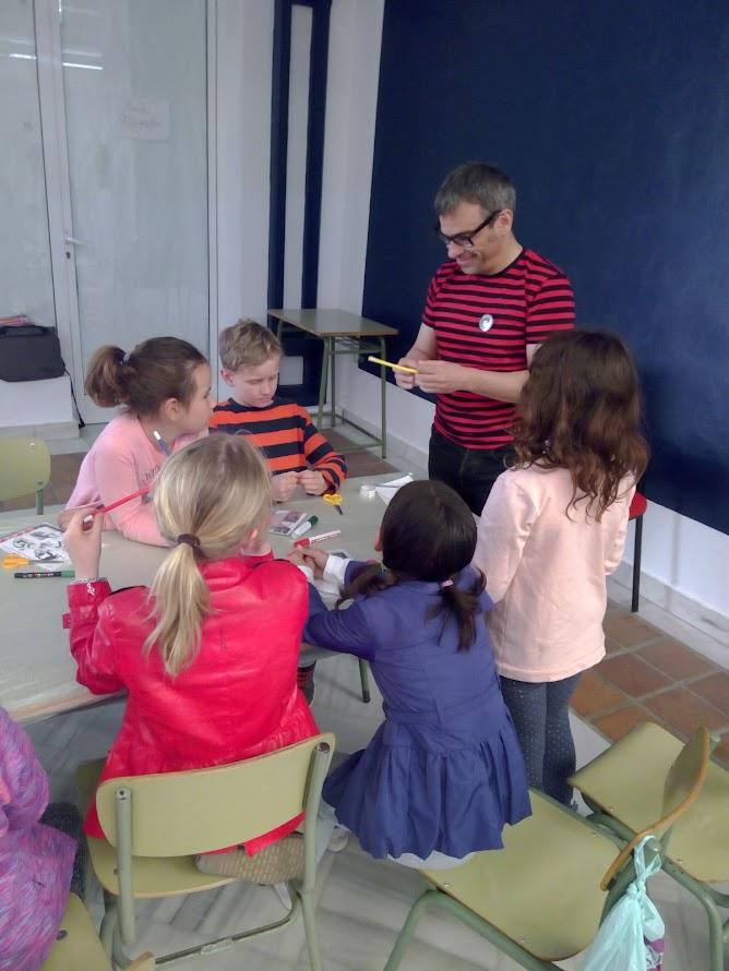 Niños divertidos aprendiendo magia
