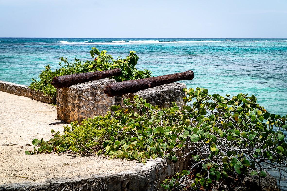 Пушки возле пляжа Акумаль