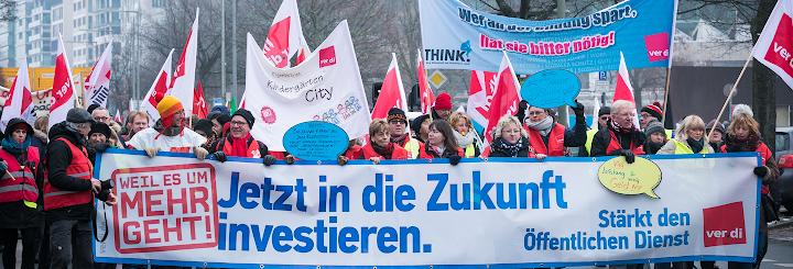 Verdi-Kolleginnen mit Fahnen und Transparent: «Jetzt in die Zukunft investieren».