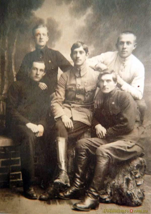 Павло Павлович Голубович (син П.Й.Голубовича) серед друзів-студентів у Чехії, 1924( крайній справа, сидить).