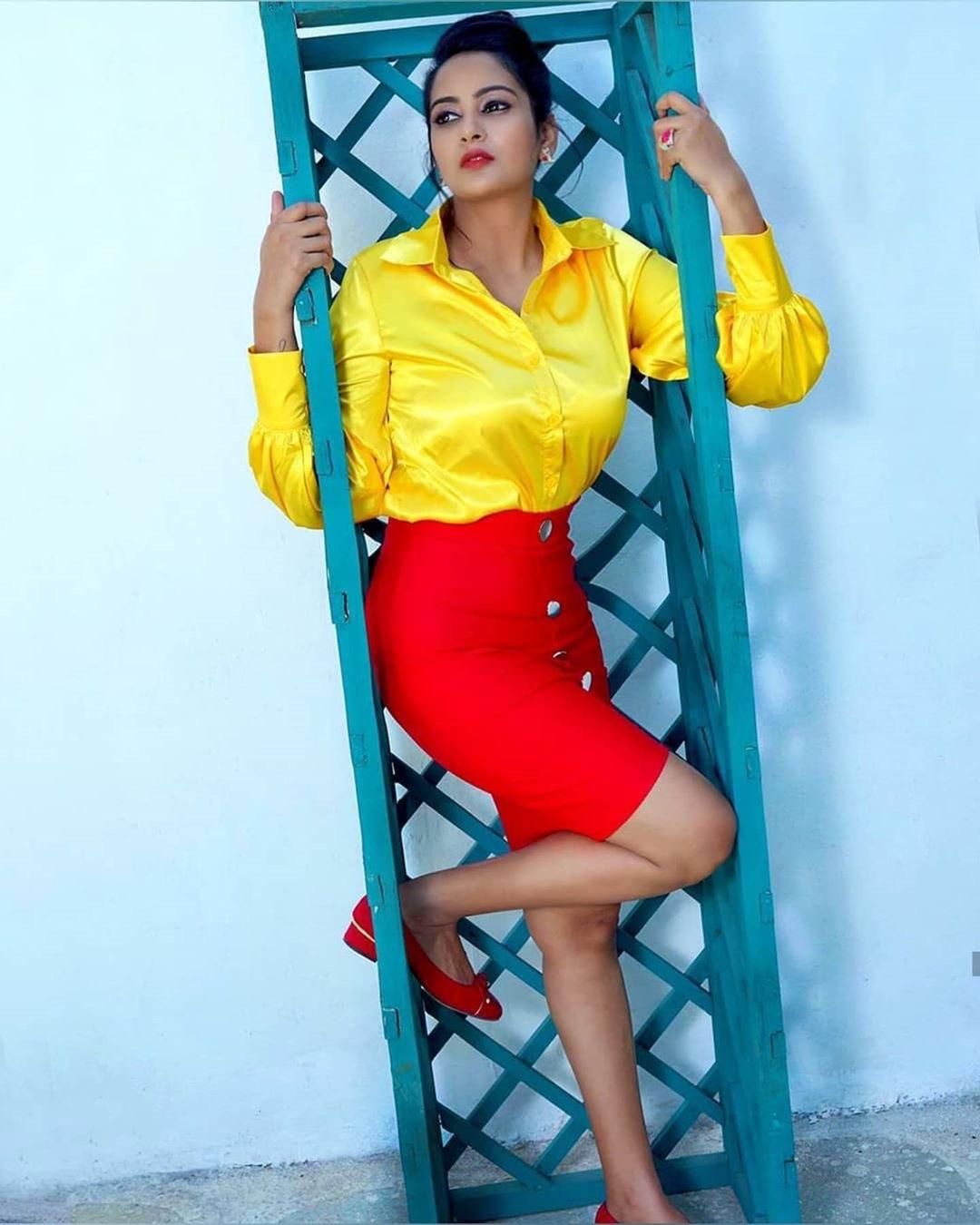 Telugu actress Eshanya Maheshwari hot stills in saree