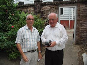 Photo: Vicaris Storcken met de man die voor de verbouwing verantwoordelijk is