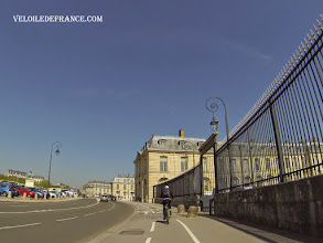 Photo: Devant la Petite Ecurie du Roi à Versailles, siège de la Galerie des Sculptures et des Moulages - e-guide balade à vélo dans Versailles et son parc par veloiledefrance.com