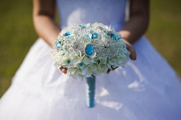 Невеста с букетом из гортензий