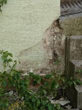 Photo: Bei der Garage wird die Wand auch gerichtet. hier wird evtl nachher unser Kräuberbeet sein....