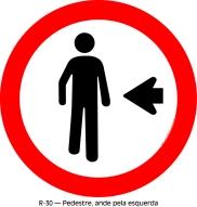 Этот знак  говорит: Пешеходы слева