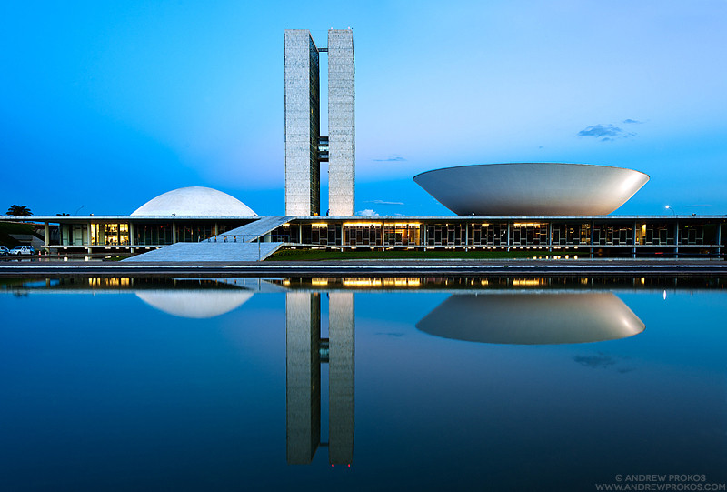 Fotografia do Congresso Nacional ao entardecer. As formas puras e geométricas, como descreveu Niemeyer, valorizam a paisagem.