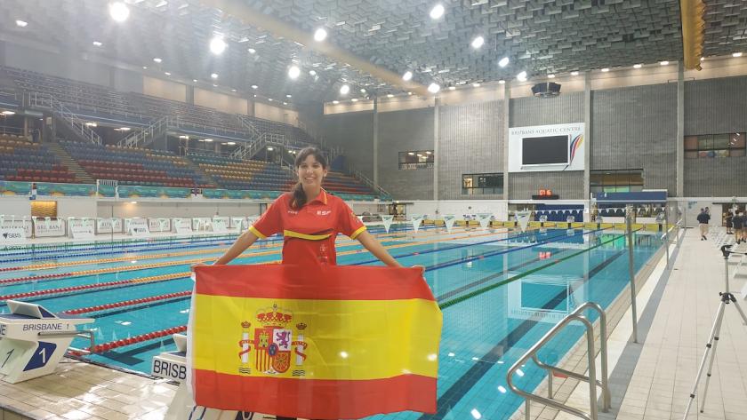 Rosana Vita con la bandera de España en la piscina.