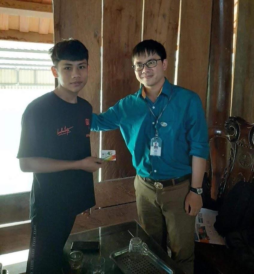 Đại diện Viettel tặng sim cho em Hà để truy cập mạng phục vụ việc học online tại nhà
