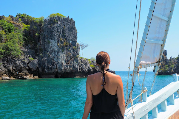 Cruise aboard the sailing boat to the highlights of Phi Phi Island