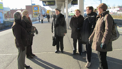 Photo: Osa retkeläisistä lähdössä junalla.
