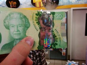 Photo: Na kanadských dolarech je Alžbětka. Jo a taky jsou průhledný.