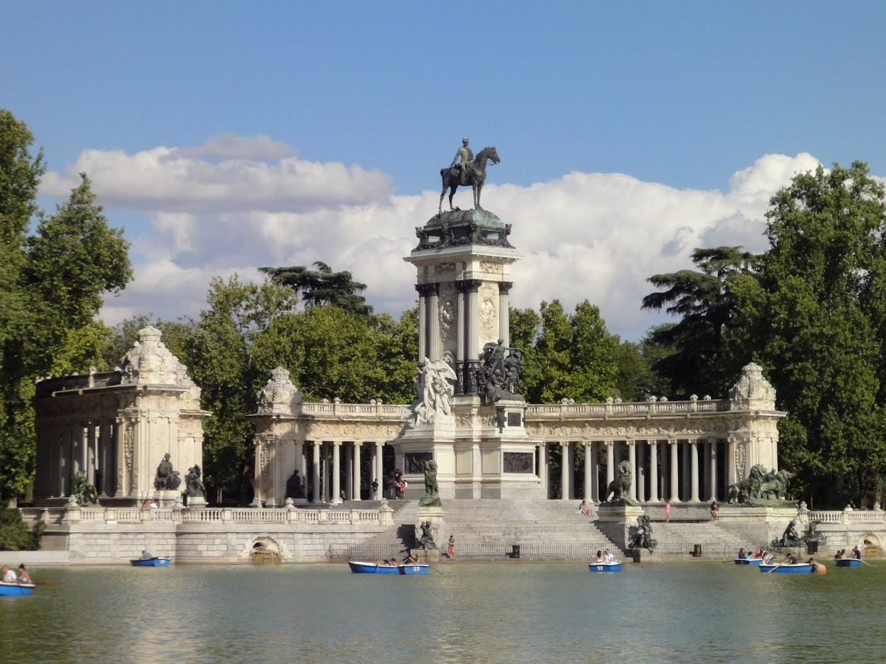 Monument dédié Alphonse XII dans le Parc del Retiro à Madrid