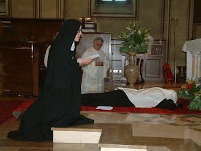 Photo: La prostrazione durante il canto delle Litanie dei Santi.In primo piano, la Madre