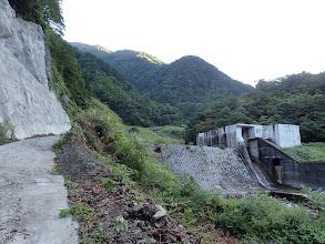 取水堰堤の左を通り過ぎる
